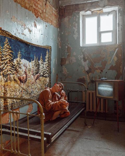 Фото №4 - Одиночество в дурдоме: сумасшедшая фотосессия Артура Бабича 🤯