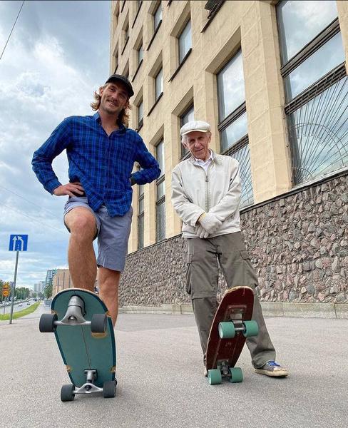 Фото №1 - «Игорю 73 года. Он катается на скейте с 1981-го!»: Пожилой скейтбордист добавляет улыбок серому дню