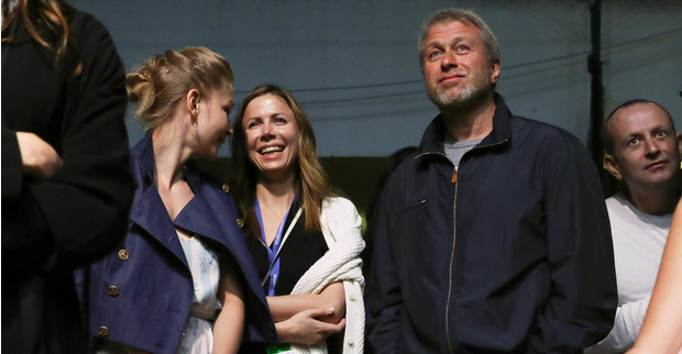 Фото №1 - СМИ: Абрамович подогрел слухи о романе с Пересильд, приставив к ней свою охрану