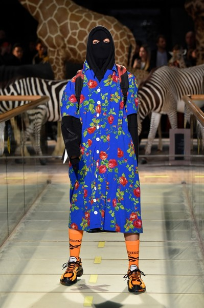 Фото №2 - В цветастом халате и с морковной помадой Милла Йовович напомнила русским поклонникам обычную советскую женщину