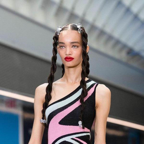 Фото №1 - Как стильно носить косички: повторяем главный бьюти-тренд Недели моды в Нью-Йорке