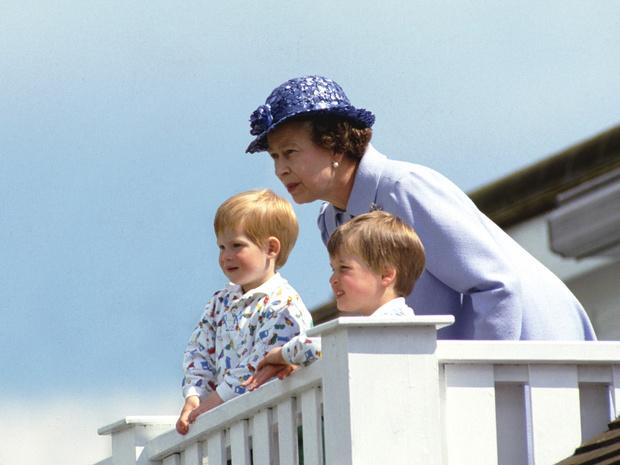 Фото №2 - Жестокий юмор: как принц Гарри пошутил над Королевой (но она не оценила)