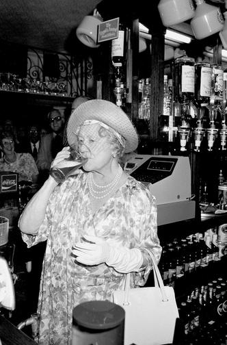 Фото №4 - Зачем и куда королева-мать сбежала от полицейских: самая забавная история из жизни прабабушки Уильяма и Гарри