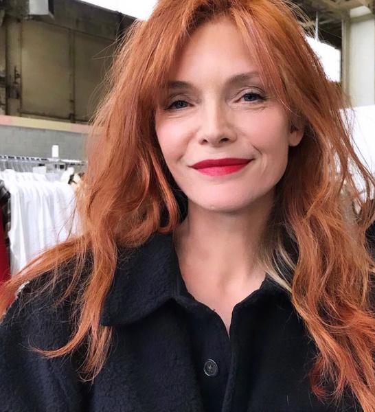 Мишель Пфайффер впервые за много лет сменила фирменный блонд на рыжий: фото