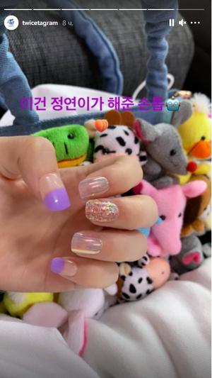Фото №2 - Наклейки для ногтей: переливающиеся маникюры Момо и Чонён из TWICE