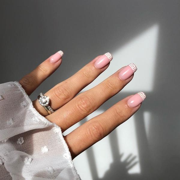 Фото №3 - Логомания вернулась: этой осенью снова украшаем ногти логотипами любимых брендов