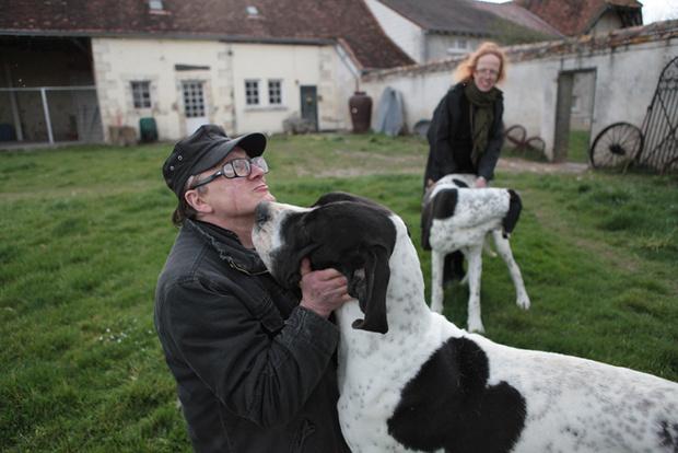Вместе с Михаилом и Сарой в замке живут семь собак различных пород.