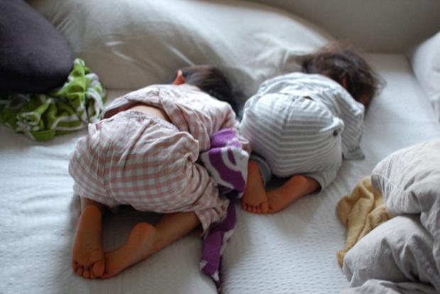 Фото №1 - Тихий час на двоих: как уложить и старшего, и младшего