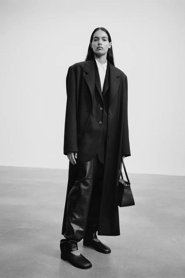 Фото №1 - The Row осень-зима 2021: длинные брюки и съемные плечи в женской и мужской коллекции сестер Олсен