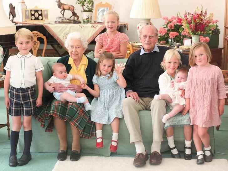 Фото №1 - Два поколения Короны: неизвестные (и очень милые) фото Елизаветы и Филиппа с правнуками