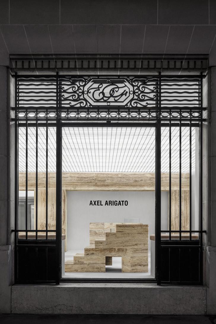 Фото №2 - Травертин и бетон: шоурум Axel Arigato в Париже