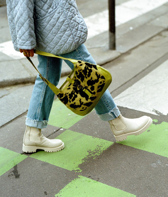 Фото №1 - Временами дождь: 4 пары грубых ботинок в цвете экрю