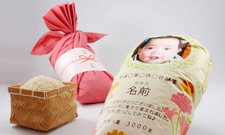 Фото №2 - Новая забава: бабушки нянчатся с пакетами риса в виде своих внуков