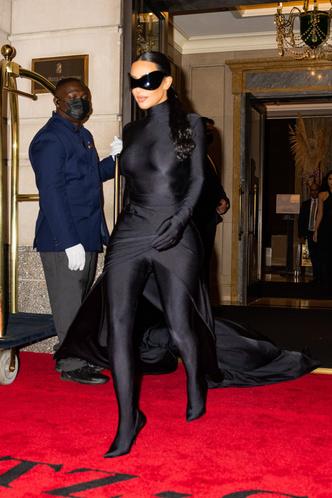 Фото №2 - Подруга Бэтмена: Ким Кардашьян сменила одно платье-чехол Balenciaga на другое, но хотя бы позволила взглянуть на свое лицо