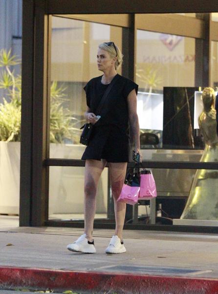 Фото №3 - «С такими ногами можно!»: Шарлиз Терон забыла надеть юбку