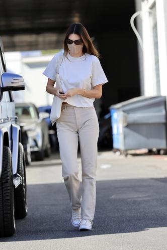 Фото №1 - Одеться как модель: миссия выполнима. Белая футболка, бежевые джинсы и кеды Converse, как у Кендалл Дженнер