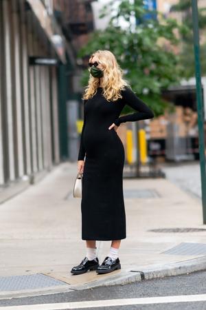 Фото №4 - Любимый микротренд + платье, подчеркивающее женственные изгибы: безупречный образ беременной Эльзы Хоск