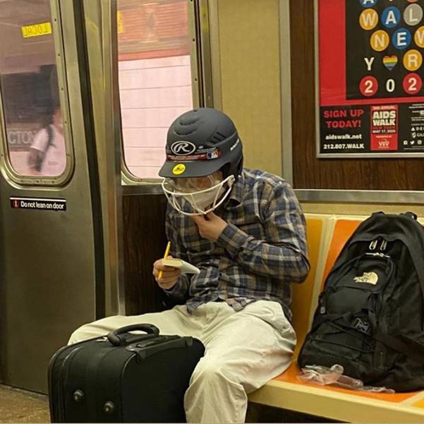 Фото №8 - Как люди ездят в метро во время пандемии: 40 уморительных фото