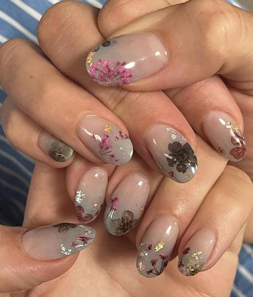 Фото №1 - Маникюр с сухими цветами: модный бьюти-тренд от Блейк Лайвли 🌺