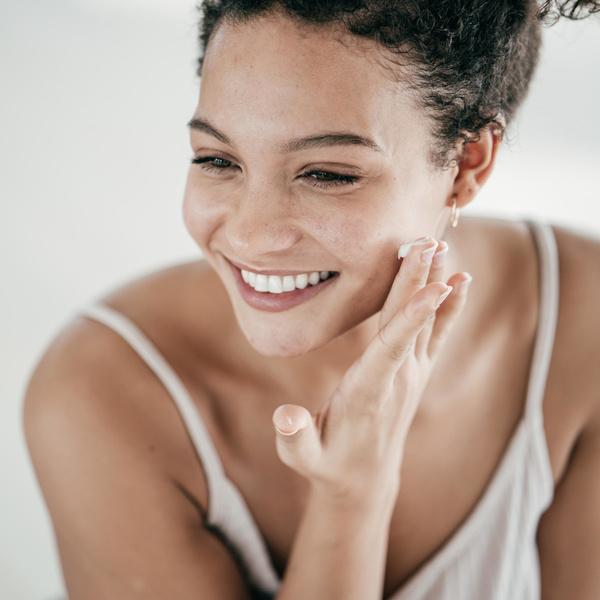 Фото №1 - Увлажняют и питают: 10 кремов для лица, которые защитят кожу осенью