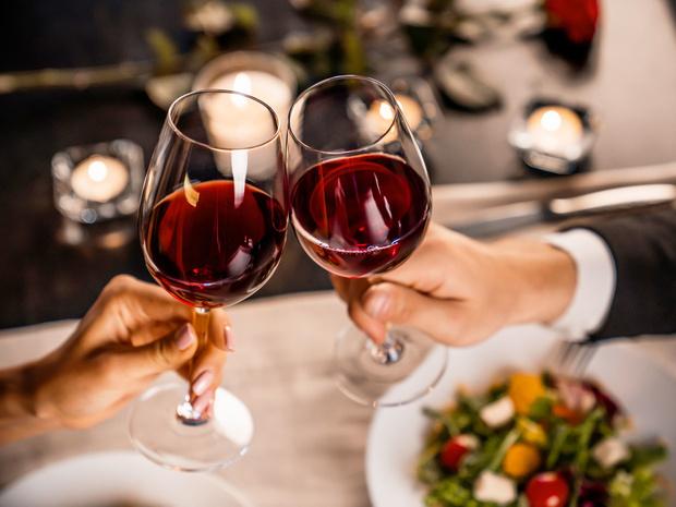 Фото №1 - Мифическая польза: почему бокал вина за ужином— это плохая привычка