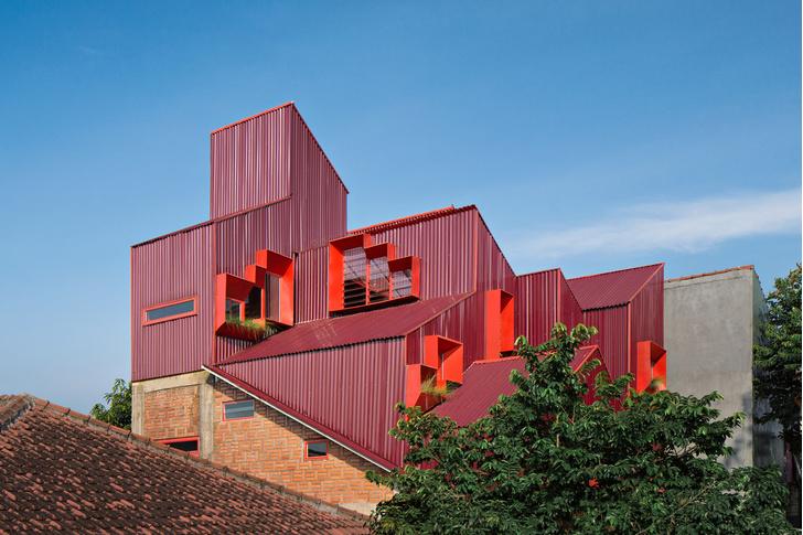 Фото №1 - Яркий пансион на острове Ява по проекту Ismail Solehudin Architecture
