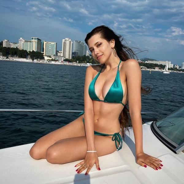 Фото №1 - Красиво завершаем лето: покупаем изумрудный купальник как у Анет Сай