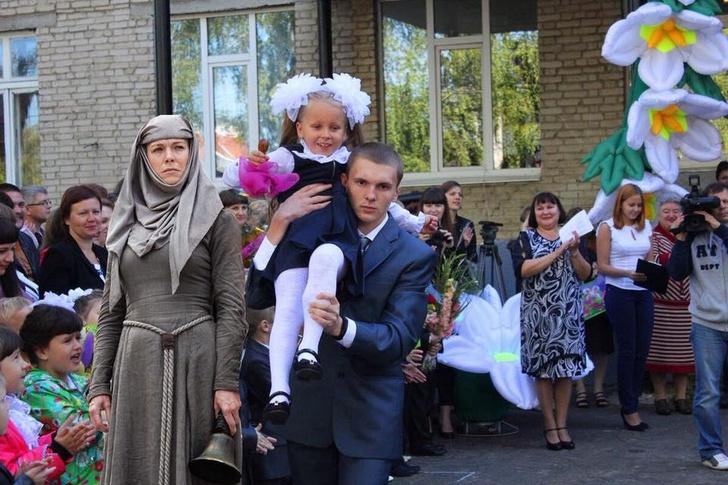 Фото №1 - Танец живота, священники и другая дичь на линейках 1 сентября в разных городах России