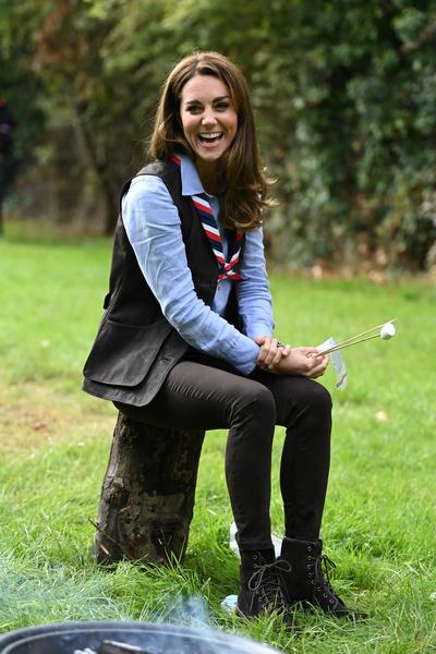 Фото №1 - Кейт Миддлтон навестила скаутов и погрелась у костра в их униформе