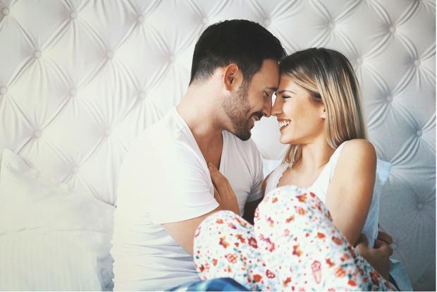 Мужчина и женщина в кровати, на постели