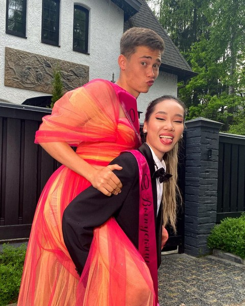 Фото №4 - Парень в платье, девушка в костюме: Володя XXL и Чана показали, как стать самой яркой парой выпускного