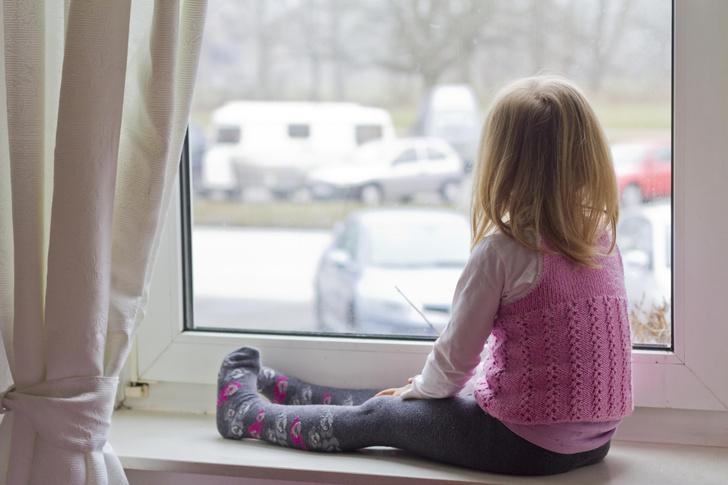 Фото №2 - «Видела посторонних— плакала и тряслась»: как сейчас живет маленькая Саша, которая шесть лет прожила в госпитале Лапино