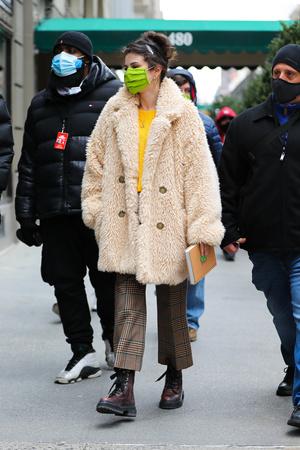 Фото №2 - Эко-шубы 2021: смотри как носит Селена Гомес, Хейли Бибер, Джиджи Хадид и другие