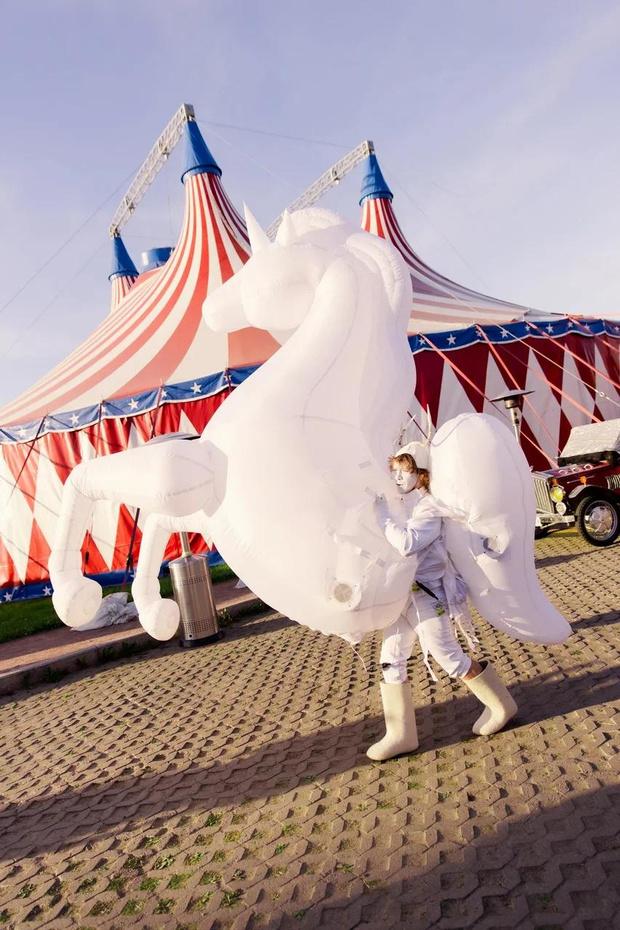 Фото №2 - Цирк, цирк, цирк! Как прошла самая громкая вечеринка ПМЭФ 2021