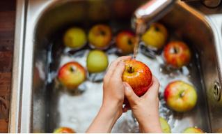 По мнению ученых, ты неправильно моешь яблоки! Да и остальные фрукты тоже...