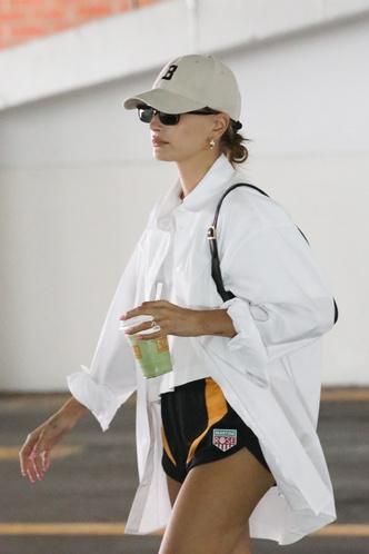 Фото №2 - Еще один способ носить ультрадлинную белую рубашку: показывает Хейли Бибер