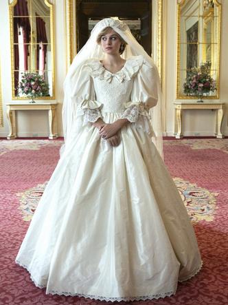 Фото №37 - От свадебных платьев до роскошных мехов: какие образы Виндзоров повторили в сериале «Корона»
