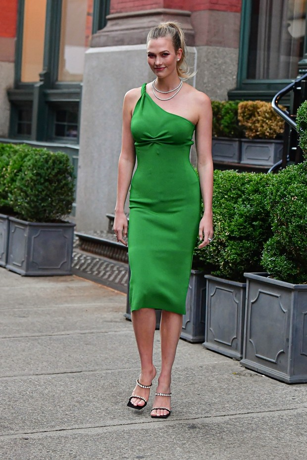 Фото №1 - Платье-комбинация на одно плечо— новая версия классики. Показывает Карли Клосс
