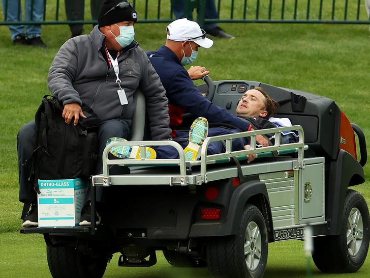 Фото №1 - Звоните в скорую! Почему Том Фелтон упал в обморок во время матча по гольфу? 🤭