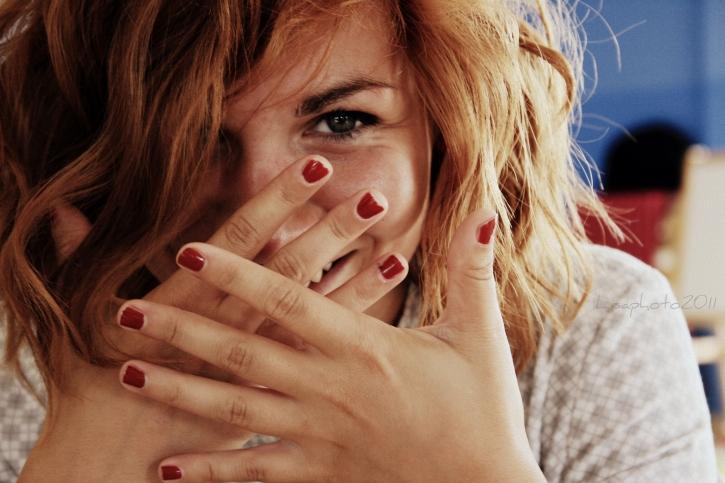 Девушка, закрывающая лицо руками