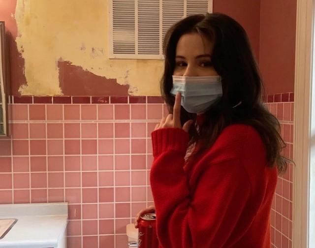 Фото №2 - Этой осенью покупаем объемный красный свитер, как у Селены Гомес ❤️