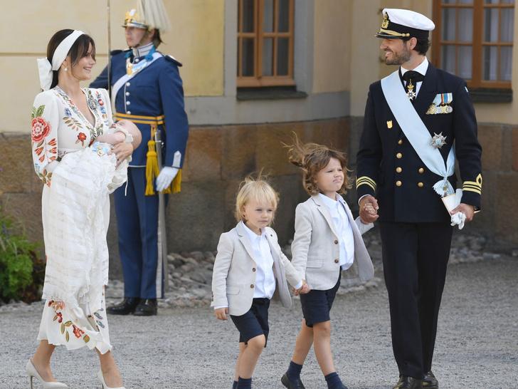 Фото №2 - Необычный образ мамы и много милых фото: самая красивая королевская пара Европы крестила сына