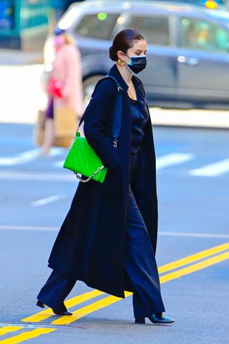 Фото №1 - Со съемок на стритстайл: Селена Гомес в монохромном образе с неоновой сумкой Louis Vuitton