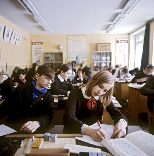 Фото №1 - Школьная форма: халаты, сари и короткие юбки
