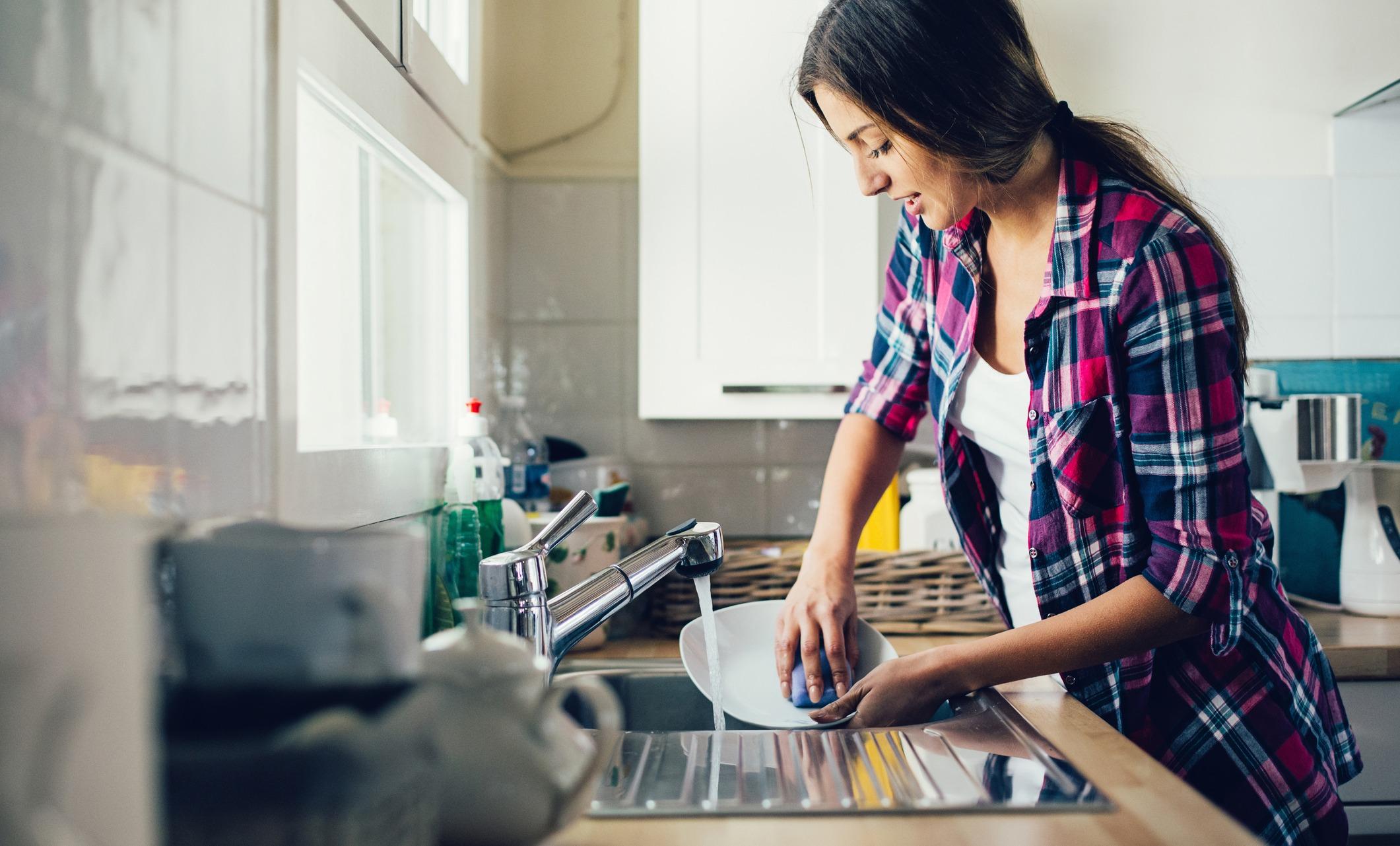 Сексом студенток полная девушка на кухне моет посуду видео время купания