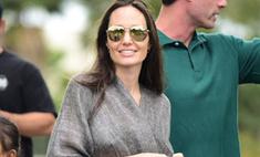 Мама может: Джоли сверкнула грудью в «Диснейленде»