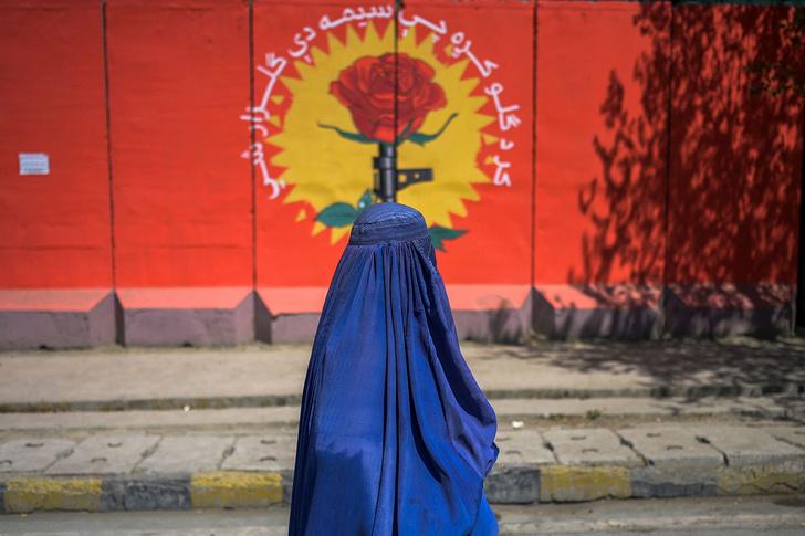 """Фото №3 - «Каждую ночь мы говорим только о """"Талибане""""»: как живут афганские девушки спустя месяц после захвата страны"""