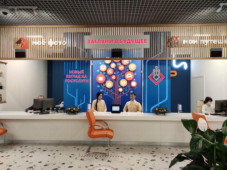 Фото №2 - В московском МФЦ клиентов начали обслуживать роботы Алекс и Даша. И лица у них, как у многих из нас к концу года (видео)