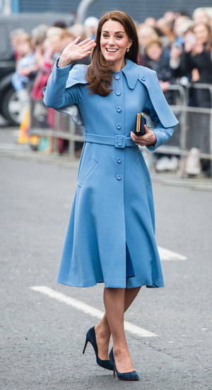 Фото №3 - Все цвета радуги: почему герцогиня Кейт так любит яркие пальто