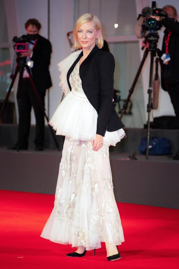 Фото №11 - Нарушая запреты: все образы Кейт Бланшетт на Венецианском кинофестивале